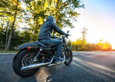 Nálepka Motocyklista na koni chopper na silnici