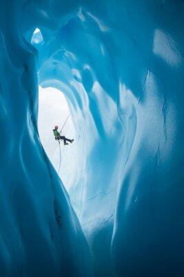 Nálepka Muž Rappelling minulé otevření modré ledové jeskyně na Matanuska ledovce, Aljaška