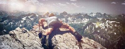 Nálepka Muž Vyškrábal přes kameny na hoře Ledge