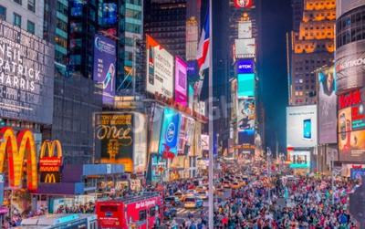 Nálepka NEW YORK CITY - 08.06.2013: Turisté na náměstí Times Square v noci. Více než 50 milionů lidí navštíví New York každý rok.