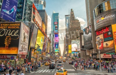 Nálepka NEW YORK CITY - 12. června roce 2013 Noční pohled na Times Square světel. Times Square je rušné turistické křižovatky umění neonové a obchodu a ikonická ulice New Yorku.