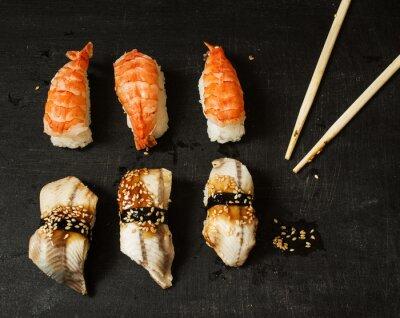 Nálepka Nigiri s úhoř a královské krevety na černém pozadí