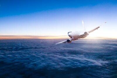 Nálepka Obchodní tryskové letadlo letí nad mraky