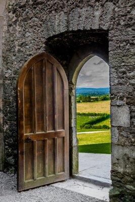 Nálepka Offenes schweres Tor mit Blick auf Irische Landschaft