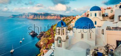 Nálepka Ohromující ráno panorama ostrova Santorini. Splendid jarní východ slunce na slavné řecké letovisko Oia, Řecko, Evropa. Cestování pozadí koncepce. Umělecký styl po zpracování photography.