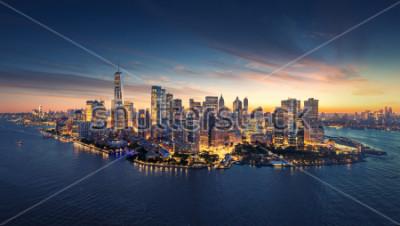 Nálepka Panorama panorama New Yorku při východu slunce. Manhattan kancelářské budovy / skysrcapers na ráno. Panoramatický snímek New York City.