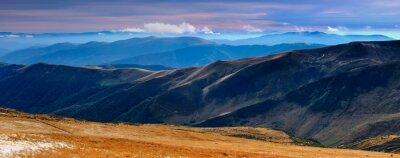 Nálepka Panoramatický výhled na podzimní hory a vrcholky pokryté první sníh při západu slunce.