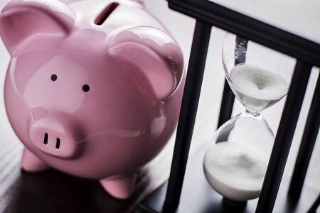 Pink keramické prasátko s hodinu skla, koncepční čas krátí zachránit pro odchod do důchodu, hnízdo vejce nebo splnit své sny