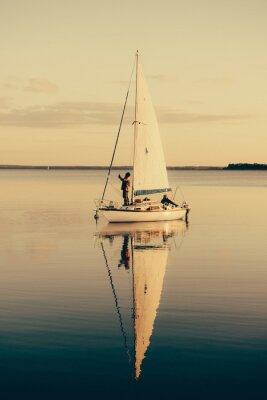 Nálepka Plachetnice na klidné jezero s odrazem ve vodě. Klidný scéna krajina.