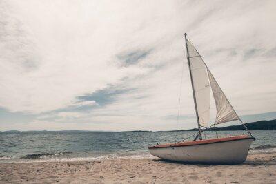 Nálepka Plachetnice na tropické pláži s modrým pozadím vodou