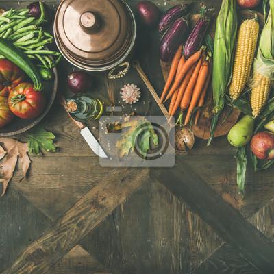 Nálepka Podzimní pozadí vaření. Složení pro denní večeři. Flat-lay fazole, kukuřice, mrkev, rajčata, lilky, ovoce a padlé listy přes dřevěný stůl, pohled shora, kopie prostor, čtvercové plodiny