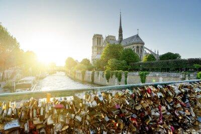 Nálepka Pohled katedrály Notre Dame v Paříži se známými zámky lásky