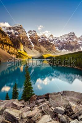 Nálepka Pohled na Moraine jezero a pohoří při západu slunce v kanadských Skalistých horách