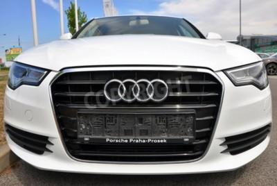 Nálepka PRAHA, ČESKÁ REPUBLIKA, 08.2.2015 - Zcela nový Bílá Audi A6 parky u auta Store Audi