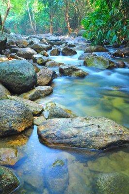 Nálepka Průtok vody přes skály v mělké Stream v Malajsii džungli