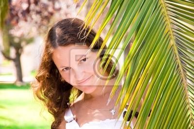 Radostné dívku za větev palmy