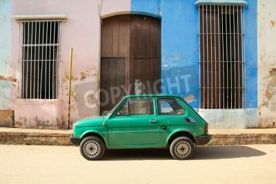 Nálepka Remedios, KUBA - 20. února: Staré polský auto Fiat 126 20. února 2011 v Remedios, Kuba. New Změna v zákoně umožňuje Kubánci obchodu auta. Auta na Kubě, jsou velmi staré: kvůli starého zákona.
