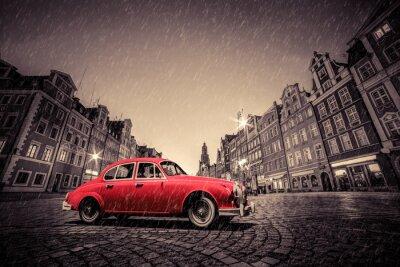 Nálepka Retro červené auto na dlážděné historického starého města v dešti. Wroclaw, Polsko.
