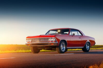 Nálepka Retro červené auto pobyt na asfaltovou silnici při západu slunce