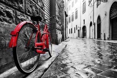 Nálepka Retro vinobraní červené kolo na dlážděné ulici ve starém městě. Barva v černé a bílé