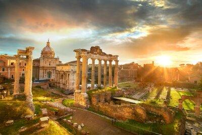 Nálepka Roman Forum. Ruiny římského fóra v Římě, Itálii během svítání.