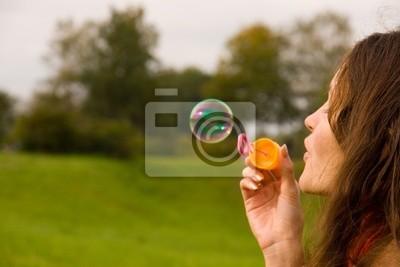 Roztomilý dívka vyfukování bublin