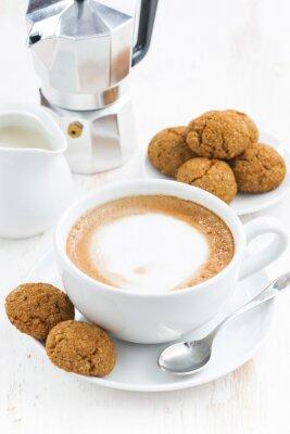 Nálepka šálek cappuccina a makaróny na bílém dřevěném stole