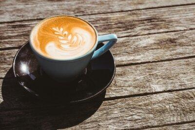 Nálepka Šálek cappuccino s kávou umění na dřevěném stole