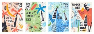 Nálepka Sbírka pozvánek nebo plakátových šablon vyzdobených tropickými palmami, malířskými skvrnami, skvrnami a škrábání pro letní open air taneční párty. Vektorové ilustrace pro letní akce propagace.
