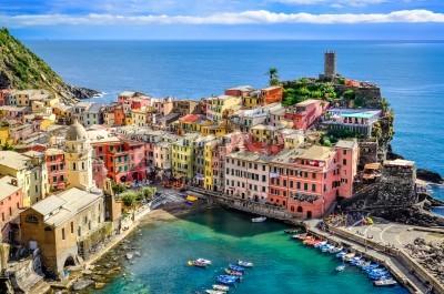 Nálepka Scénický výhled na oceán a přístav v barevné vesnici Vernazza, Cinque Terre, Itálie