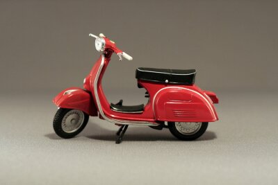 Nálepka Scooter Antiguo rojo aislado en gris