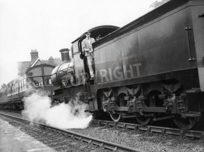 Nálepka Sheffield Park, Anglie - cca 1972 - Parní lokomotiva táhne osobní vlak do stanice Sheffield Park na dochované Bluebell linky železnice.