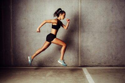 Nálepka Slim atraktivní sportovkyně běh proti betonové zdi