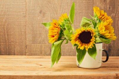 Nálepka Slunečnice v vinobraní šálek na dřevěném stole. Podzim pozadí