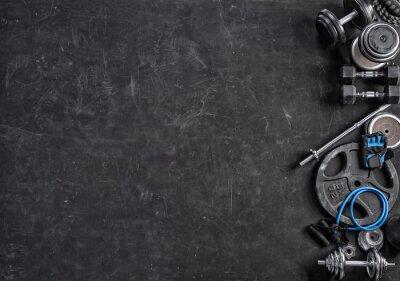 Nálepka Sportovní vybavení na černém pozadí. Pohled shora. Motivace