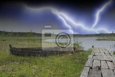 Staré lodi na břehu zarostlého jezera