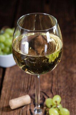 Nálepka Starý dřevěný stůl s bílým vínem