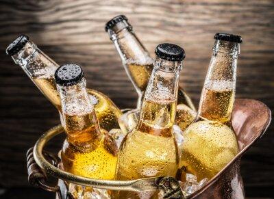 Nálepka Studené lahví piva v měděném kbelíku.