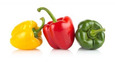 Nálepka Studio shot červené, žluté, zelené papriky izolovaných na bílém