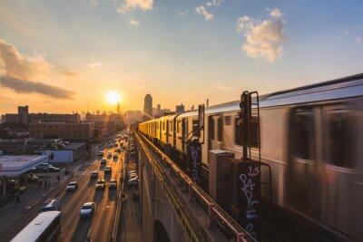 Nálepka Subway Train v New Yorku při západu slunce