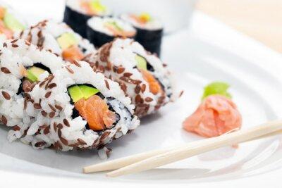Nálepka Sushi s lososem, avokádem, rýže v mořských řasách podávaný s wasabi a zázvorem.