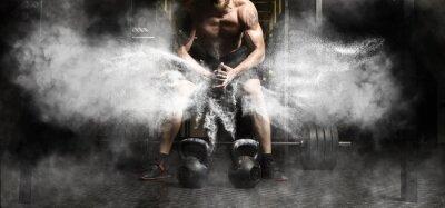 Nálepka Svalnatý muž cvičení s kettlebell v tělocvičně