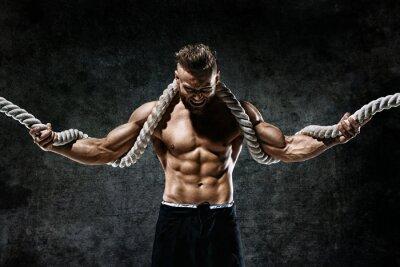 Nálepka Svalnatý muž s provazem. Fotografie člověka s dokonalým tělem po tréninku. Modní styl