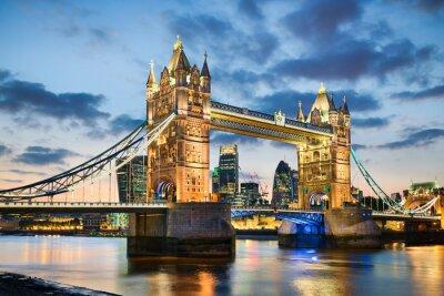 Nálepka Tower Bridge v Londýně, UK v noci