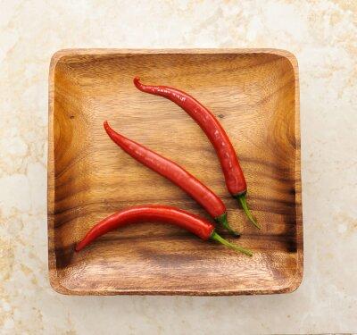 Nálepka tři cute red hot chilli na dřevo pozadí