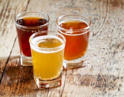 Nálepka Tři druhy piva na staré dřevěné pozadí, selektivní zaměření