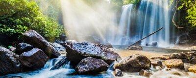 Nálepka Tropický vodopád v džungli se slunečními paprsky