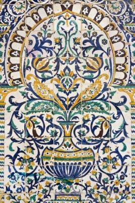 Nálepka Tunisko. Kairouan - za Zaouia Sidi Saheb. Fragment keramické dlažby panel s rostlinnými a architektonickými motivy