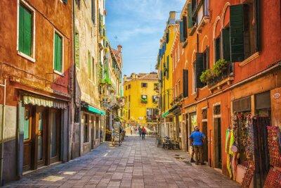 Nálepka Úzký kanál mezi starými barevné cihlové domy v Benátkách