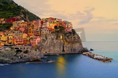 Nálepka Village of Manarola, Itálie na Cinque Terre pobřeží při západu slunce